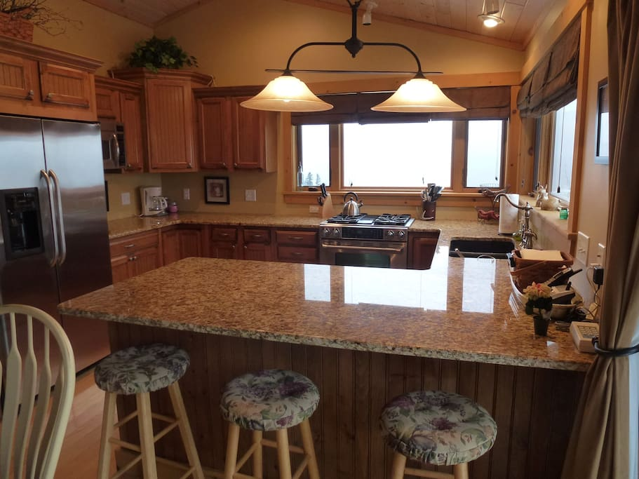 Granite countertops and seating for 7!