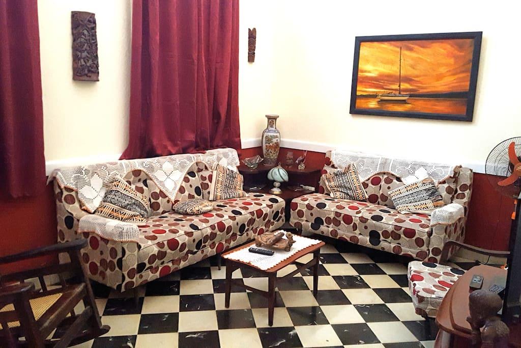 Sala con televisor y muebles cómodos, excelente para conversar con amistades, amigos y otros huéspedes.