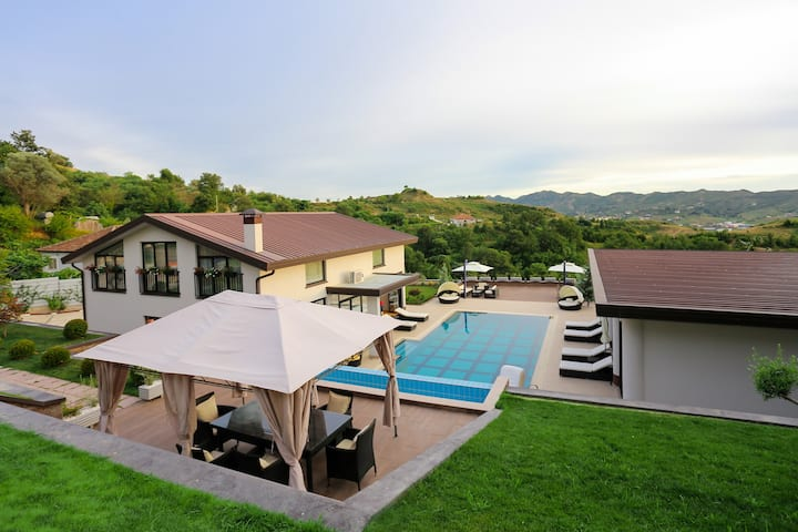 Hidden Hill Villa ***** with heated pool & jacuzzi