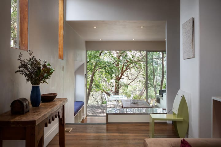 Chic Two-storey Cottage with Darling Harbour Views