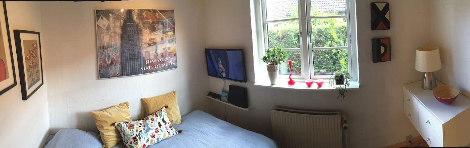 Cozy private bedroom near shopping center - Aalborg - Huis