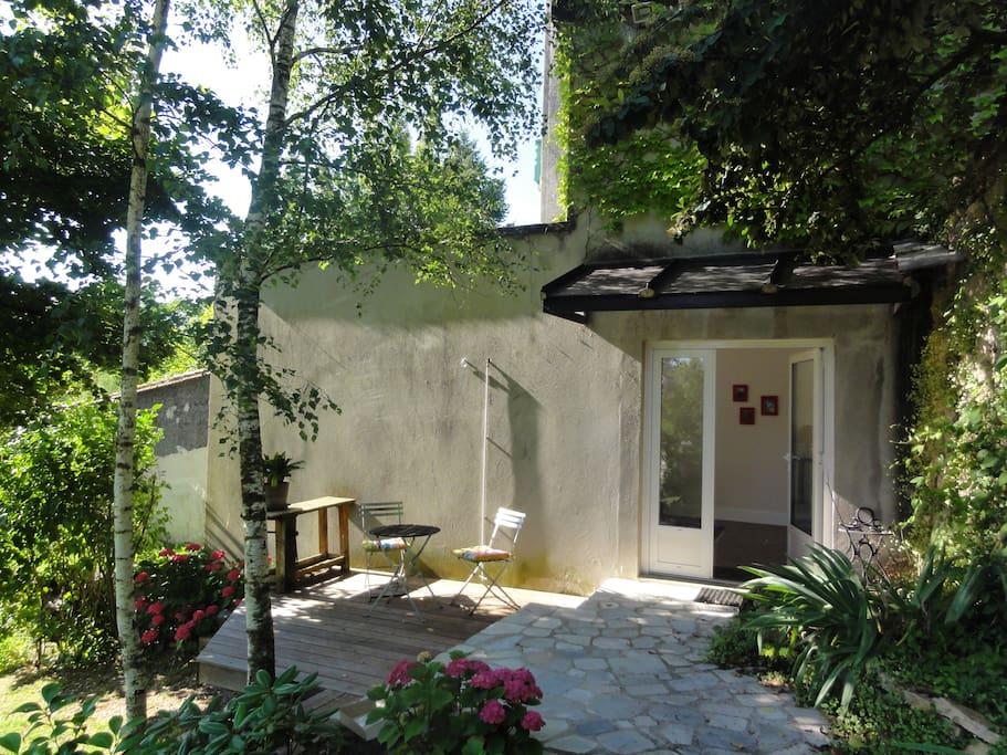 Un vieil escalier de pierres vous amène à votre terrasse et entrée de votre logement indépendant.