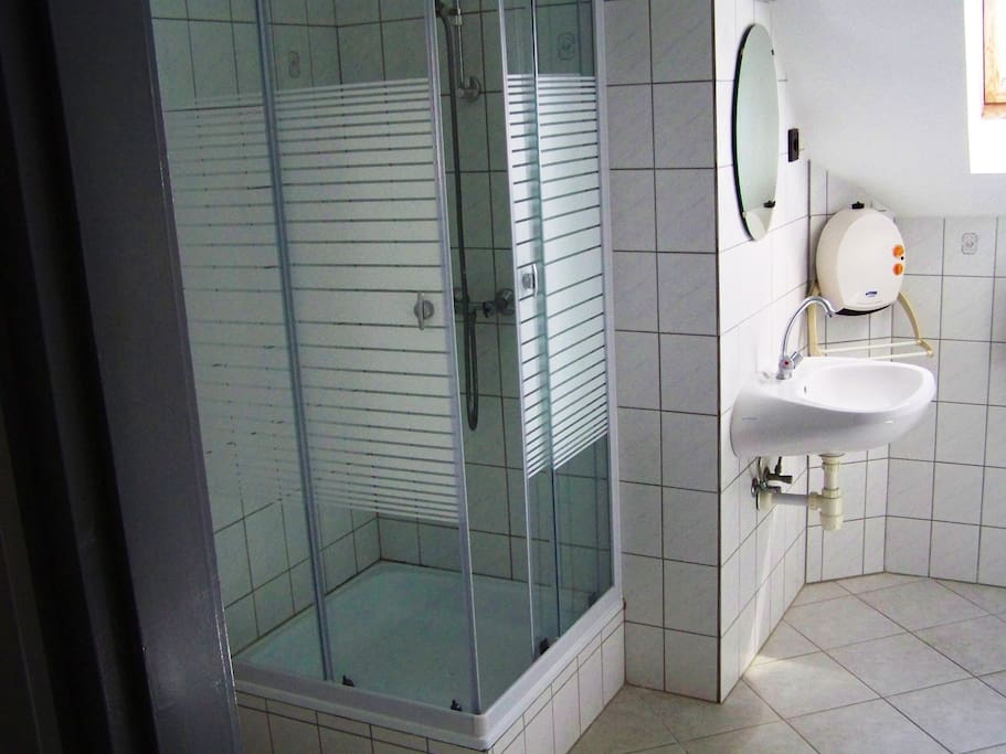 Zuhanykabinos fürdőszoba