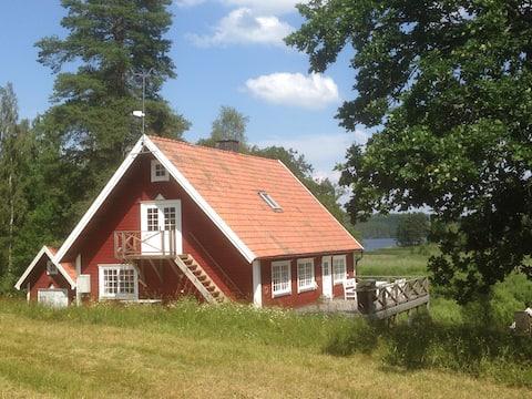 National romantic cottage near lake