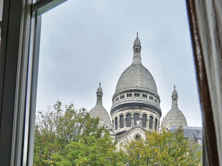 Extraordinary view of the Sacré Coeur from the bedroom to waking up