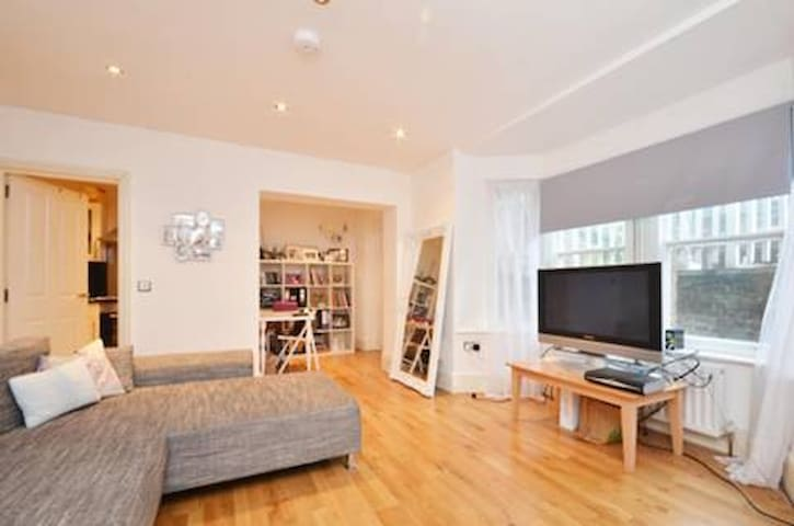 Bright flat, sleeps 4, close to Wimbledon Tennis - Kingston upon Thames - Wohnung