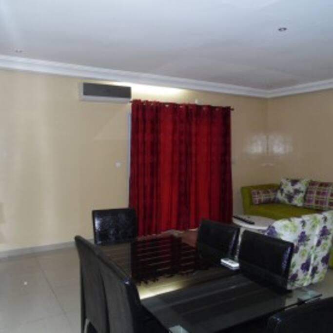 Salle de séjour entièrement climatisée, très spacieuse composée d'un salon de 5 places d'une télé avec accès aux chaînes câblées et d'une salle à manger de 4 place.