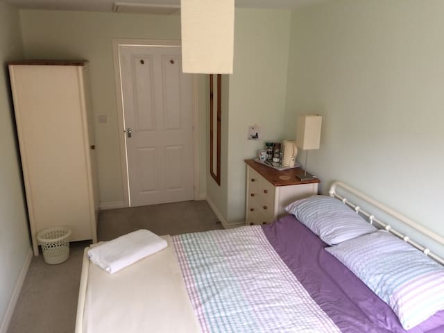 Modern, spacious double room - Andover - Pis