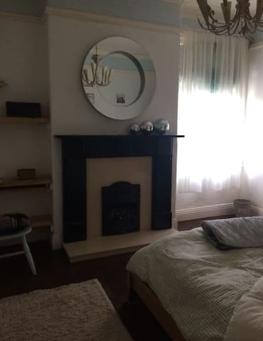Large double room in beautiful Victorian house !