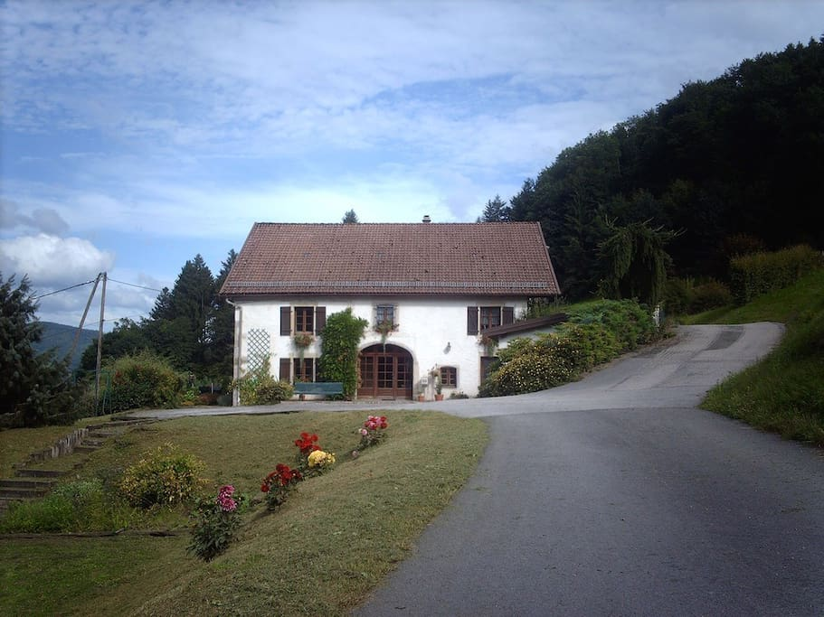 Vue de la maison, l'appartement se situe à l'étage (dernière fenêtre à droite)