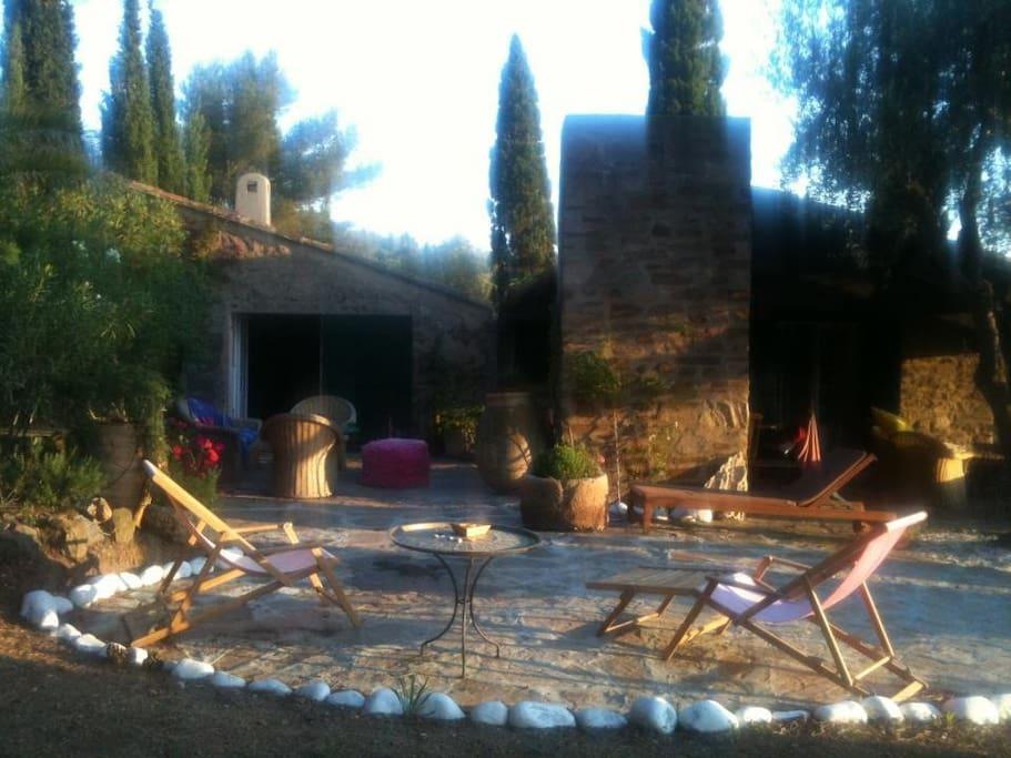 Terrasse vor Bergerie mit BBQ und diversen Sitzplätzen