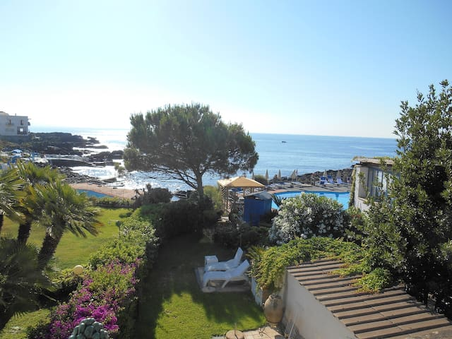 Private Seaside House with Garden  - Giardini Naxos - Huis