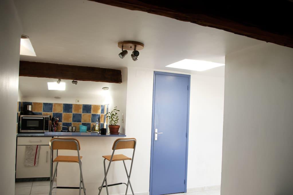 Vue de l'entrée sur la cuisine et les toilettes
