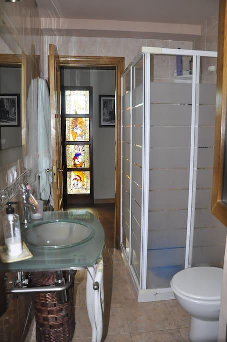 Baño con ducha y lavadora/secadora en planta baja