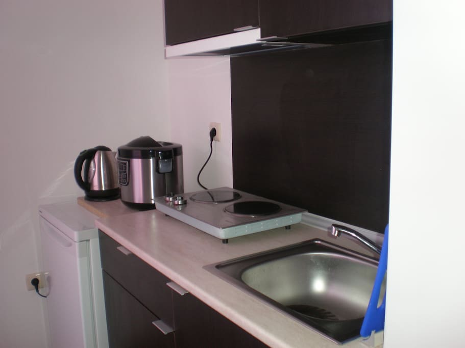 На кухне есть плита, мультиварка, холодильник.