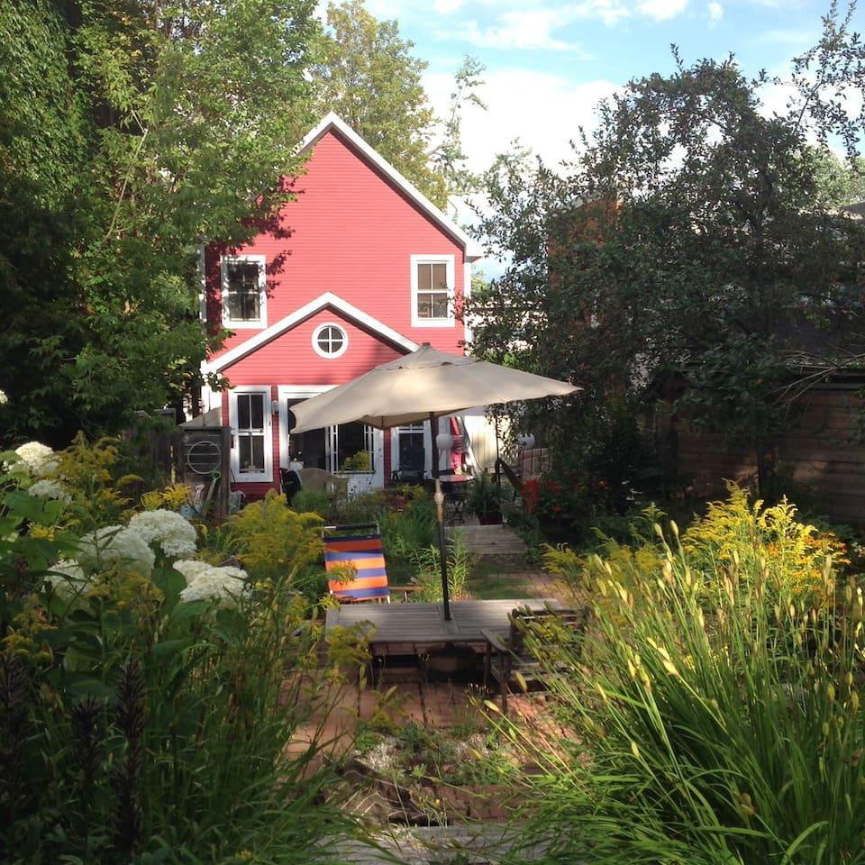 Vue sur l'arrière de la maison - Espace extérieur aménagé pour relaxer ou prendre le déjeuner