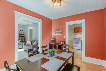 Downtown Comfort: Newly Remodeled: Private Apt