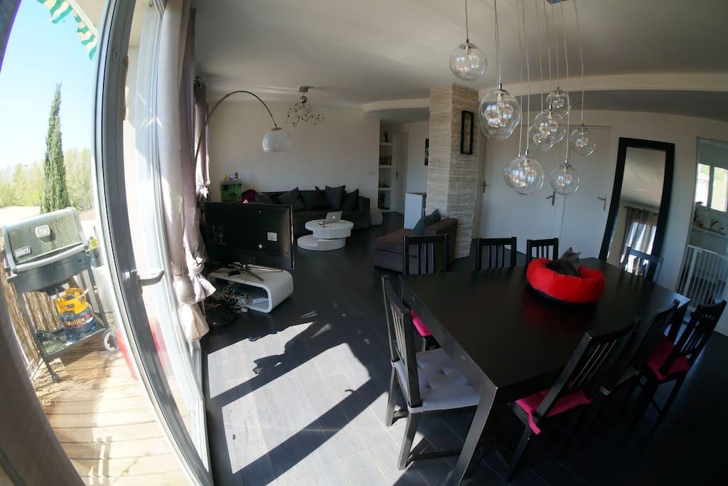 Grand salon de 40m2 avec terrasse plein sud en teck, et barbecue + table pour 4-5 personnes