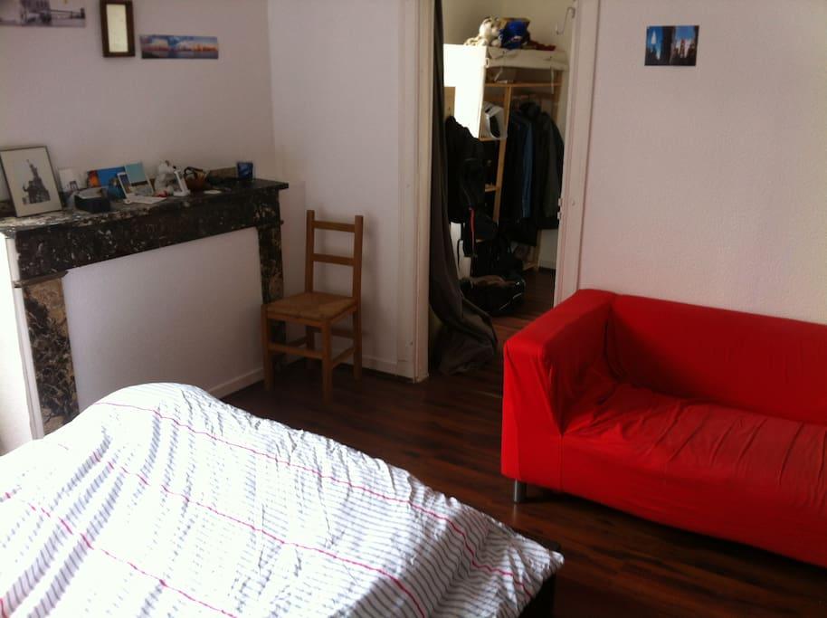 La chambre privée, avec canapé, télé, et meuble de rangement! très calme car donnant sur une cour intérieure!