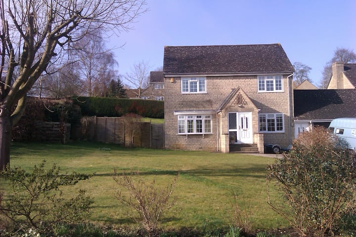 Cosy 3 bedded detached family home on private road