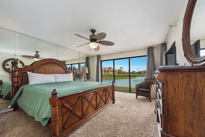 New Listing! Updated golf villa w/poolside dining, kids activities, WiFi!