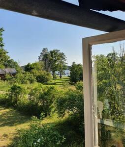 Mysiga skärgårdsstuga på Runmarö