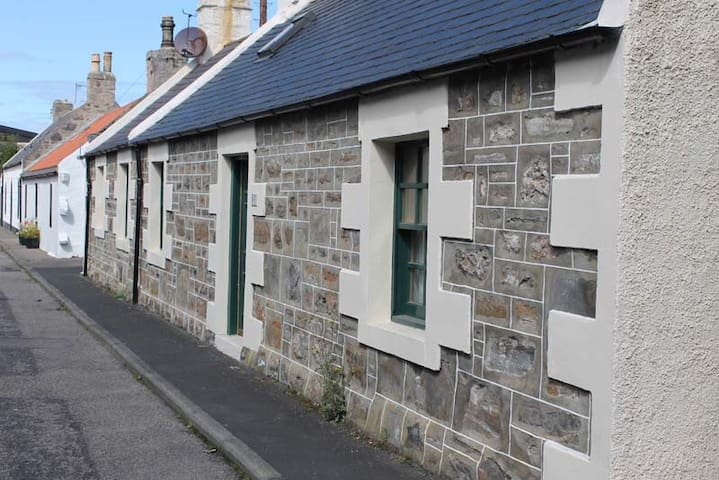 Cosy Fisherman's Cottage in Cullen's Seatown
