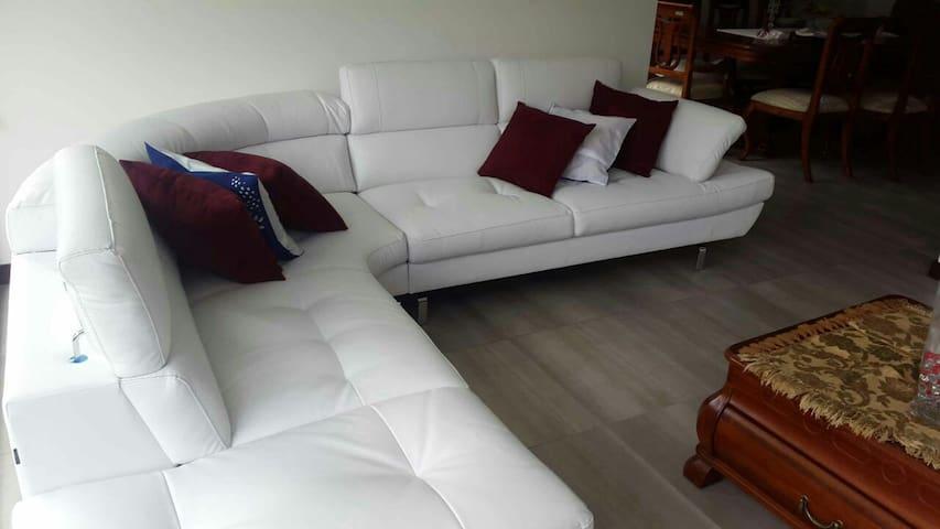 Cuarto con Jacusi  en Cumbaya - Quito - Apartemen