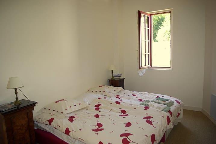 Au 1er, grande chambre parentale, à côté de la salle de douche. - Very large master bedroom, next to the 1st flloor bathroom