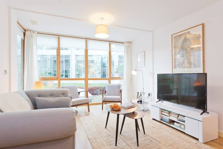 Spacious Designer 2BR Grand Canal Docks *4 Guests