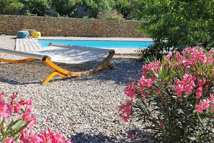 2 tastefully furnished gites with private pool, 1km from Faucon