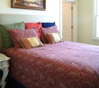 Katy room in the Dickason Cottage - Dallas - Bed & Breakfast