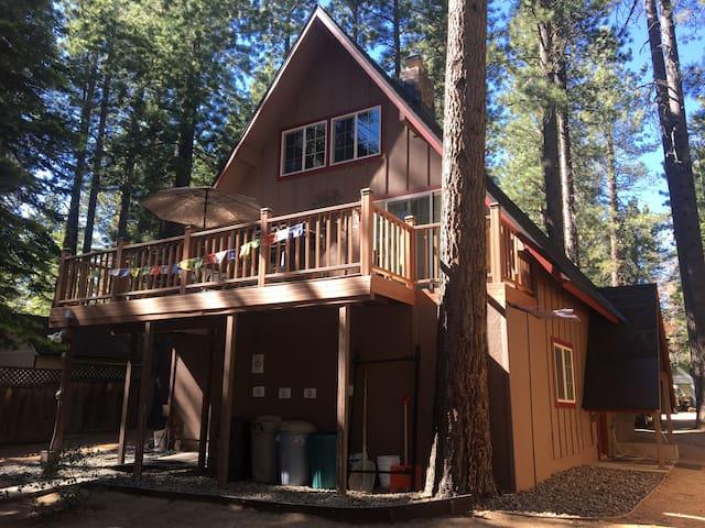 Multi Level A-Frame Cabin + private hot tub/sauna
