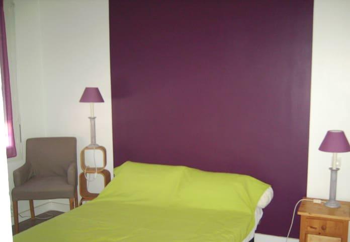 Une première chambre avec un lit de 140...
