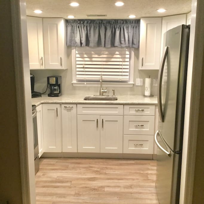 Newly remodel kitchen w/granite and stainless appliances