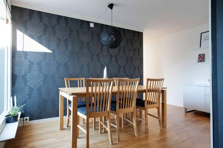 Kök med öppen lösning, plats för 8 personer