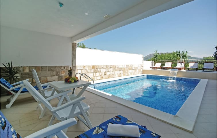 Holiday cottage with 9 bedrooms on 404 m²