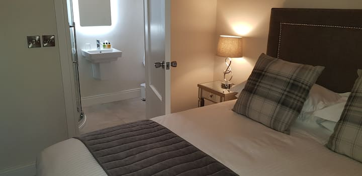 Cosy, Modern King Bedroom with ensuite