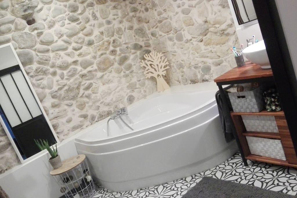 Grande salle de bain avec douche à l italienne et baignoire d angle