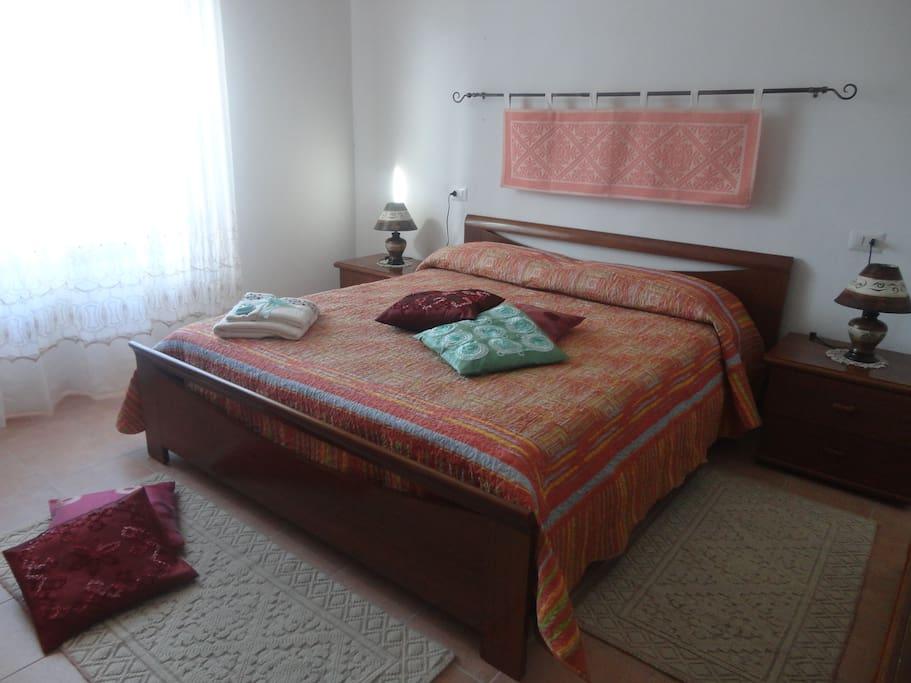 La camera matrimoniale classica con grande letto unico.