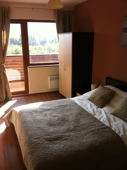 Bedroom with balcony overlooking the Glazne river and gondola