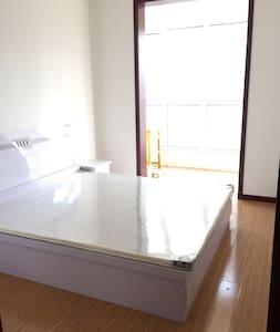 这是家里人给买的新房子。我一直在国外上班 没时间回家住 只是想找个夫妻来我家 给家里哄哄人气 - Taiyuan - Haus