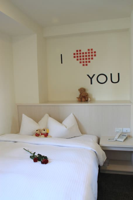 浪漫的牆飾增添二人住宿的甜蜜