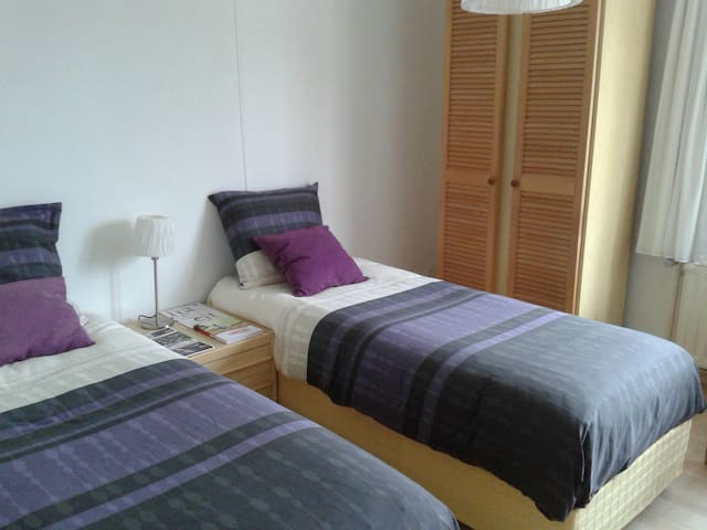 Cozy 2 bedroom whit  parking. - Hasselt - Hus