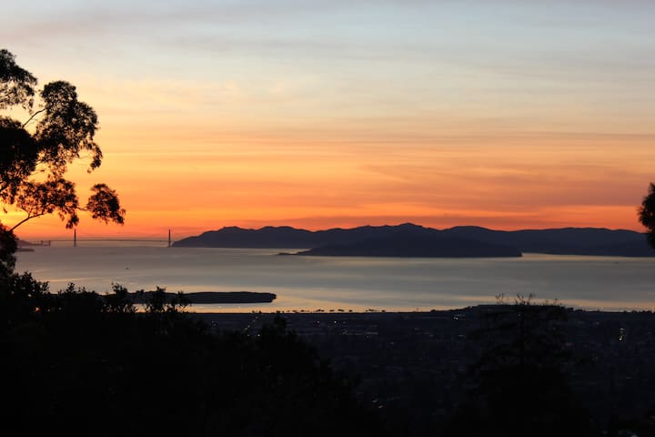 Berkeley Hills Relaxing Sunset Studio Getaway