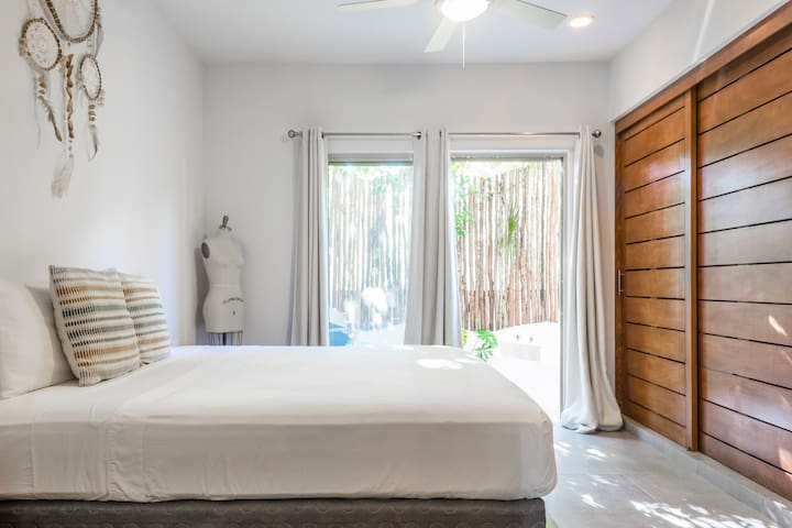 King size bedroom with direct access to the Jacuzzi.