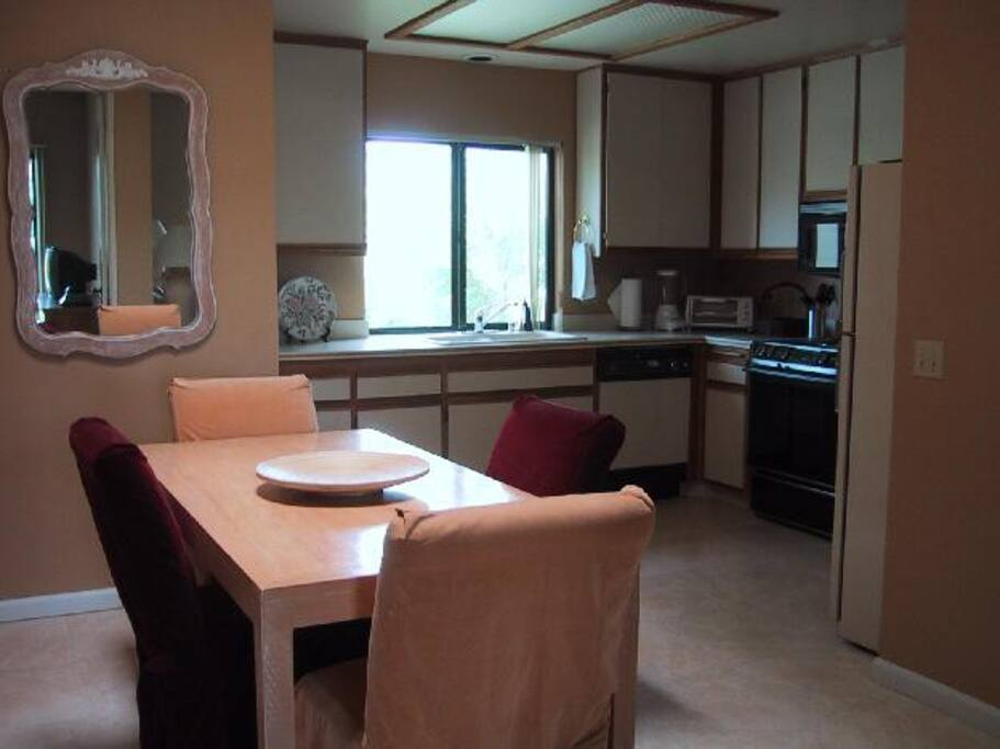Palm Springs Vacation Rental Condo - Dining area and kitchen