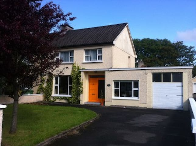 Beautiful charming 3 bed Town House - Ballina - Hus