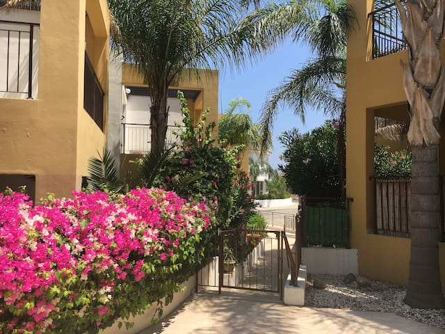Lovely Ground Floor 2 Bed Apartment + Pool