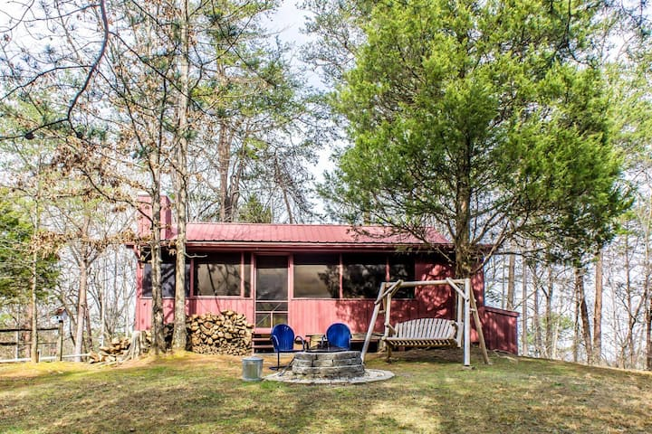 Cozy cabin close to Pigeon Forge, with screened-in porch and hot tub